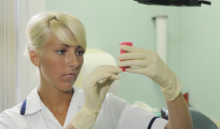 dental-nurse-holding-device