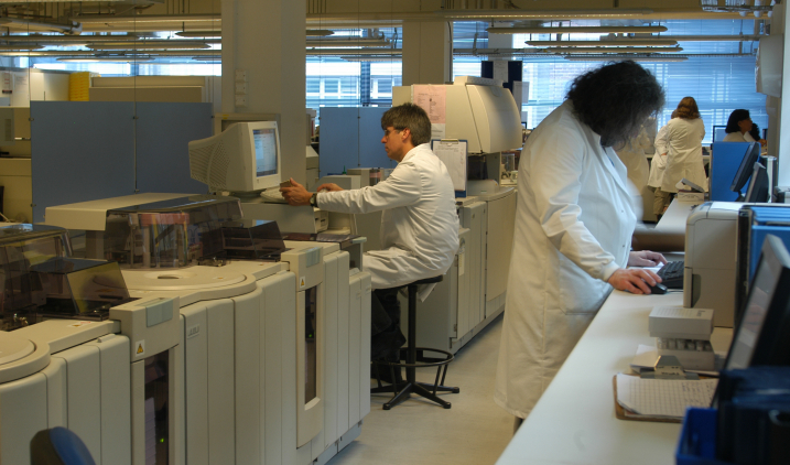 healthcare-science-people-working-in-lab